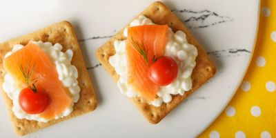 snack cream cracker me turi kai tomatinia
